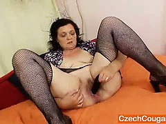 Corpulent czech mommy fingering..