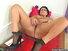 British milf Raven tweaks her..