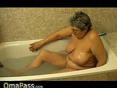 Granny masturbate herself with a..